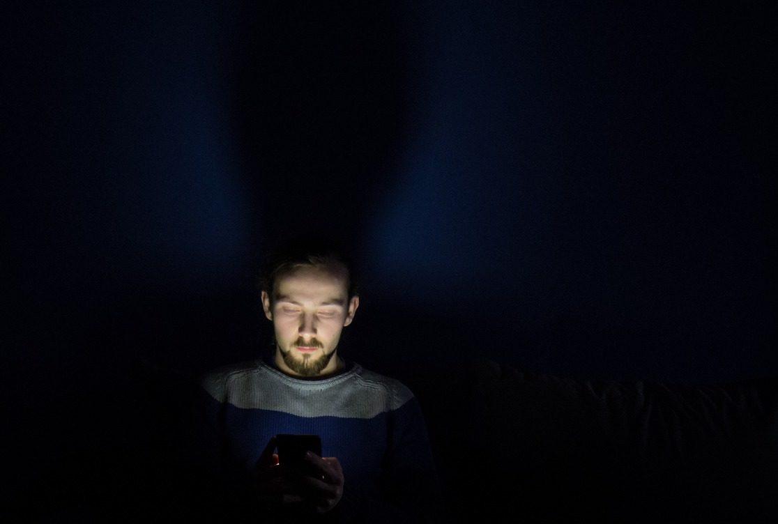 homme qui ne trouve pas le sommeil à cause de la lumière bleue